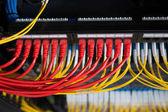 Fotografie Netzwerkrouter Server Raum mit bunten Kabeln