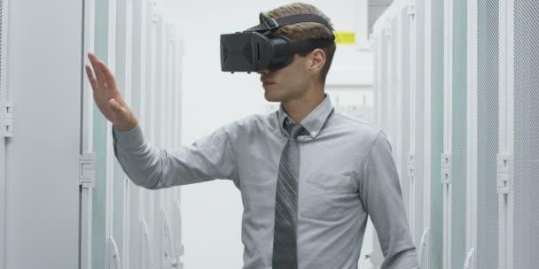 Mladý podnikatel pomocí Vr headset v serverovně