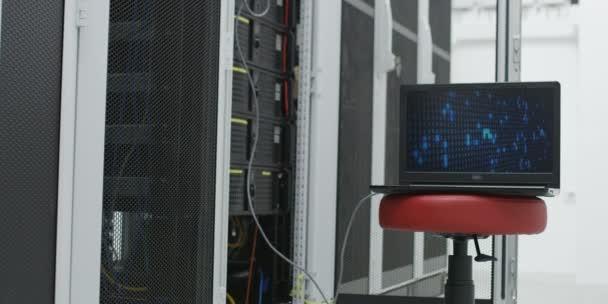 Laptop mit Kommunikation Rack, Kabel, Switches und Netzwerk im Serverraum zu öffnen