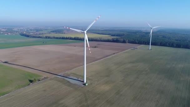 Flug in der Nähe von zwei Windmühlen auf dem Feld, Videoaufnahmen aus der Luft zum Hubschrauber, 4k
