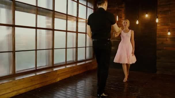 Dirty Dancing Ein verliebtes Paar tanzt am Valentinstag auf braunem Hintergrund