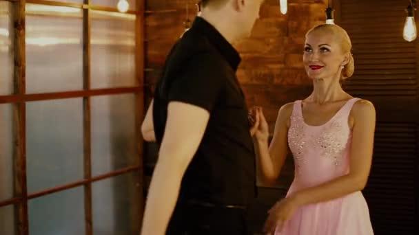 Dirty Dancing, ein verliebtes Paar tanzt am Valentinstag auf braunem Hintergrund