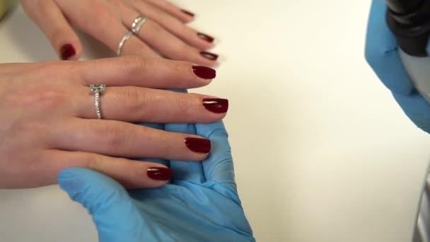 Maniküre macht Maniküre zum Makro im Schönheitssalon, schön.