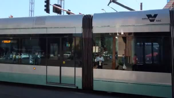 Phoenix, Az, Amerikai Egyesült Államok, 2018. február 7.: Színes helyiérdekű vasút vonat halad a hangos zaj válaszúthoz érkezett a downtown Washington St, Arizona, Phoenix