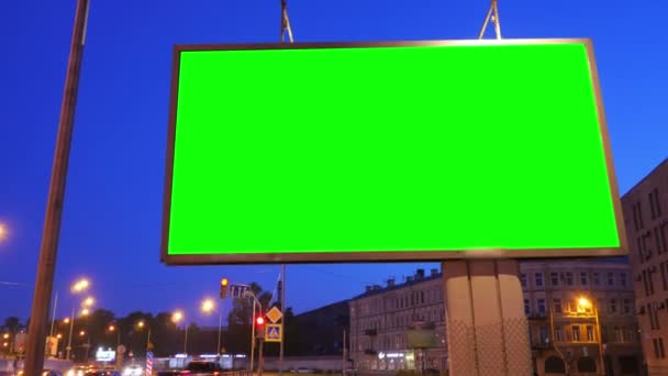 Billboard s zeleným plátnem na rušné ulici