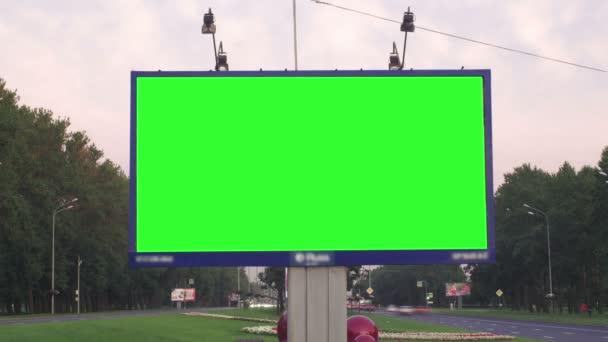 egy óriásplakát, egy zöld képernyő