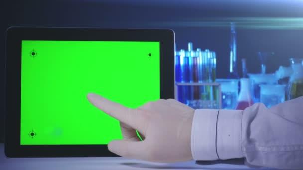 Tablet-PC mit grünem Bildschirm im Labor