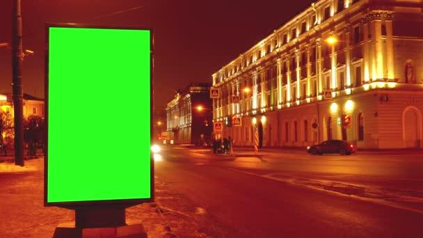 Idő telik el. egy óriásplakát, egy zöld képernyő egy utcán