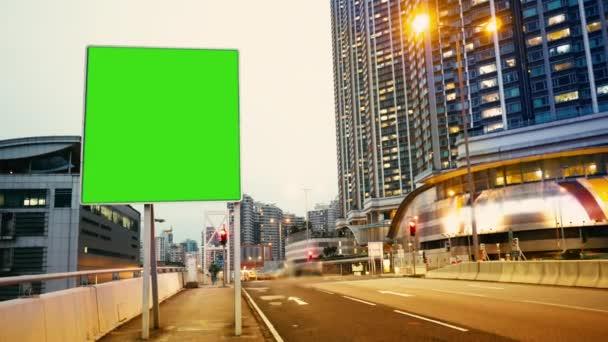 Billboard s zeleným plátnem na večer ulicích Hongkongu čas zanikla