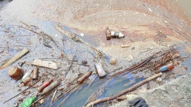 Abwasser-Abfluss in den Sumpf