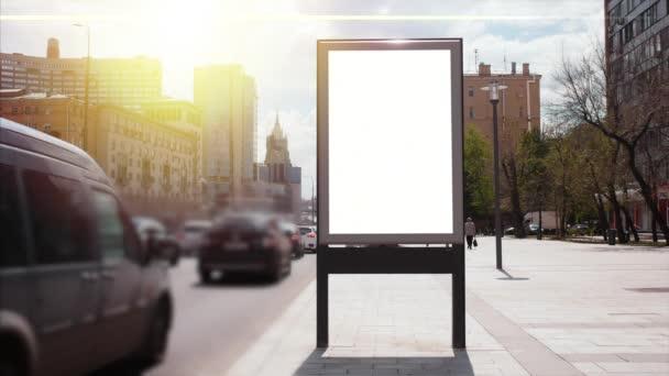 Billboard s prázdnou obrazovkou na rušné ulici