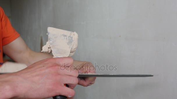 Mischt sich das Pflaster mit einem Spatel