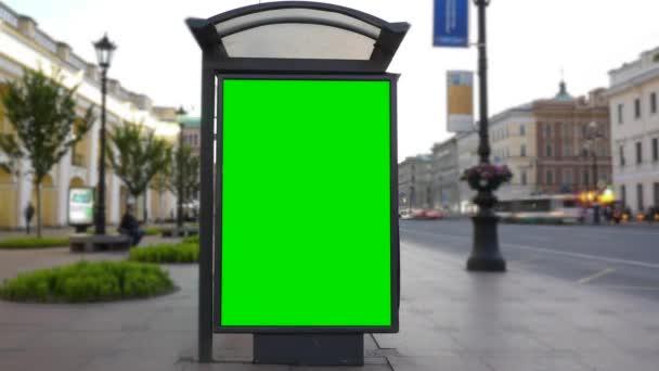 Billboard s zeleným plátnem na rušné ulici. Časová prodleva.