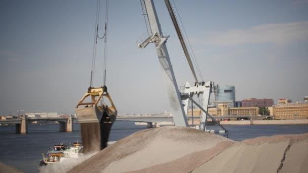 Nakládací jeřáby vypouštění drcený kámen z lodi na molo
