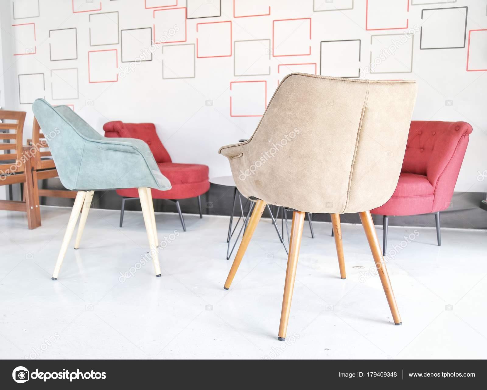 Sala Branca Com Colorido Vermelhas Azuis Adultos Cadeiras Mesinha  -> Sala Branca Com Parede Colorida