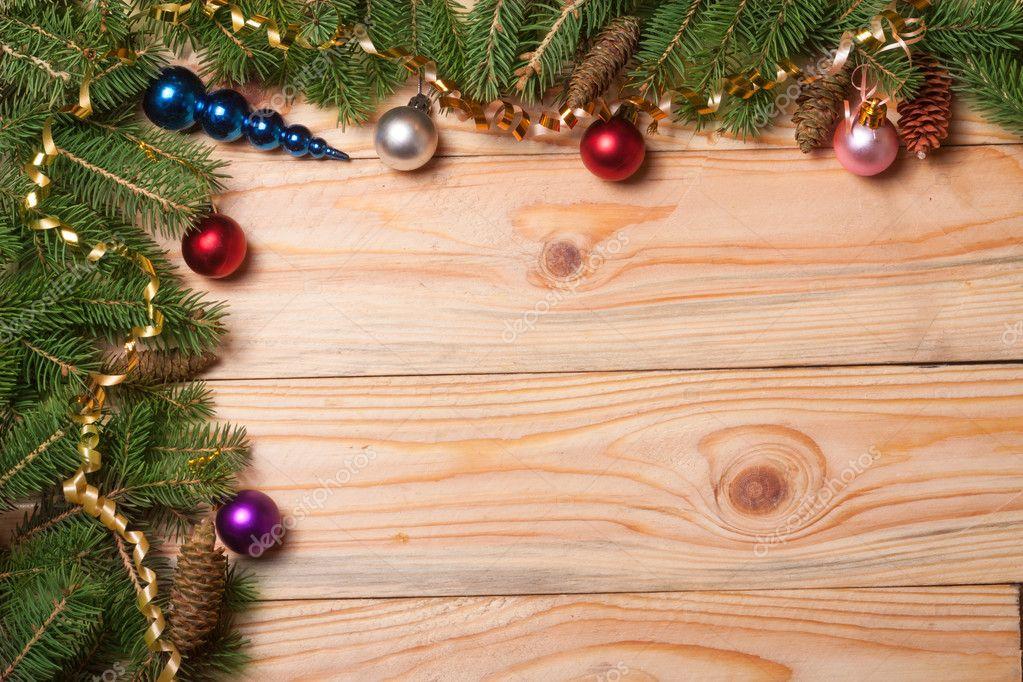 Marco de esquina de ramas de abeto con adornos de Navidad en un ...