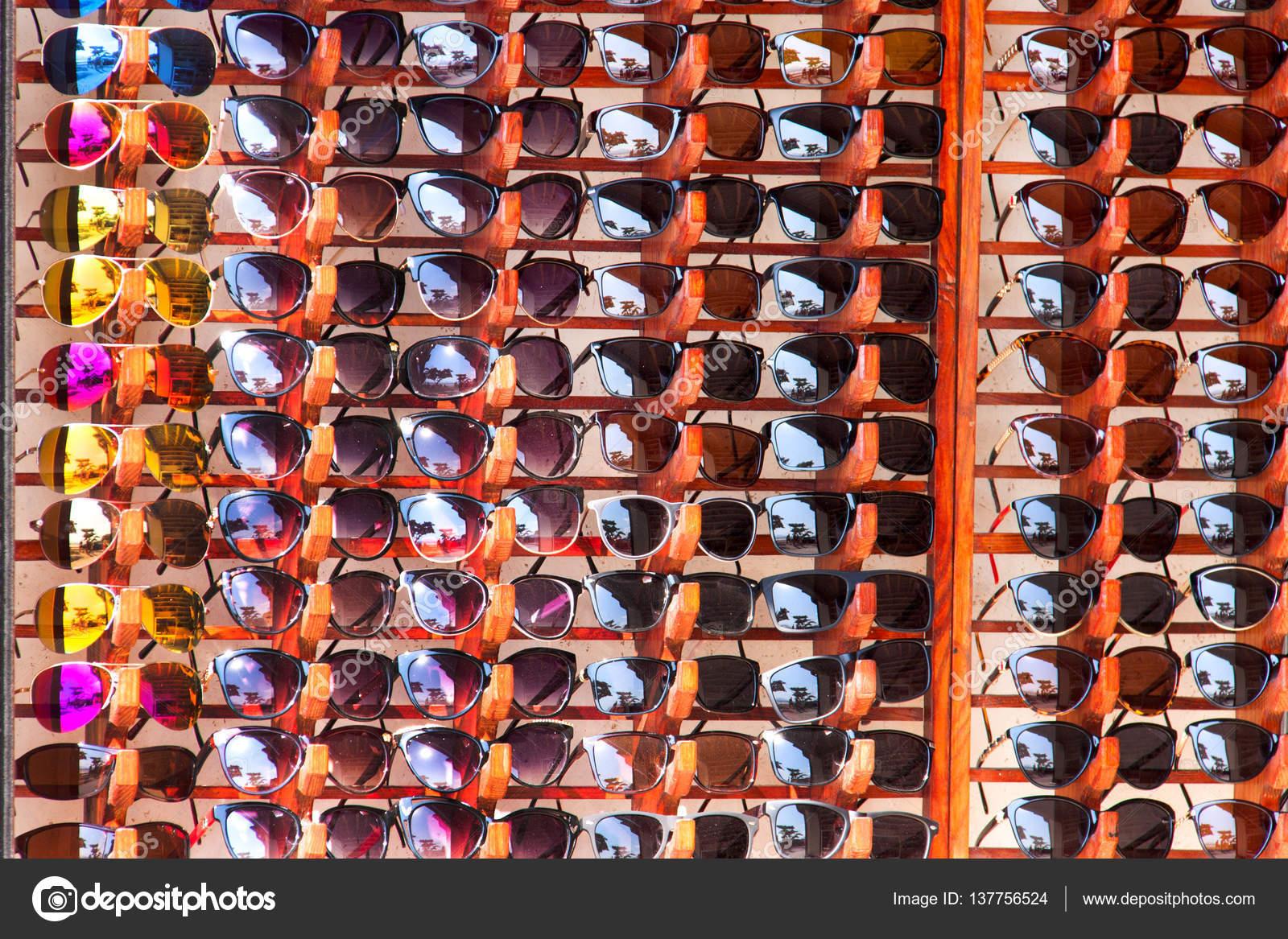 37b0df700ebea Stand com muitos óculos de sol no mercado — Fotografias de Stock ...
