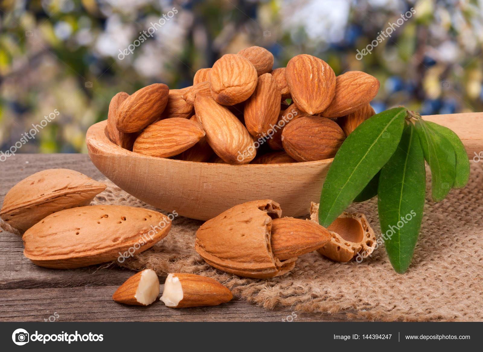Haufen von geschälten Mandeln mit Blatt in einem Holzlöffel auf ...