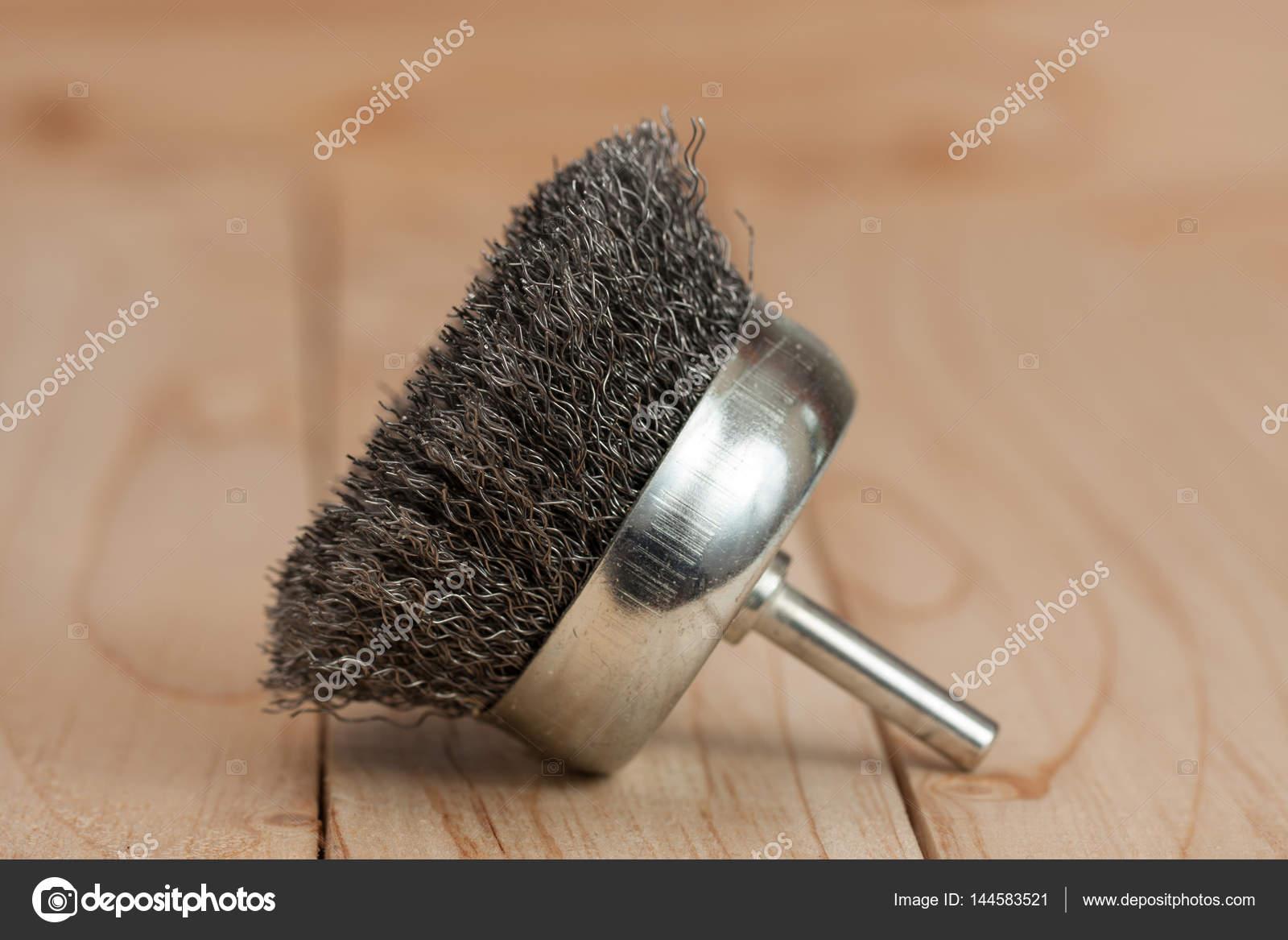 brosse m tallique sur une perceuse pour enlever la rouille sur un fond en bois clair. Black Bedroom Furniture Sets. Home Design Ideas