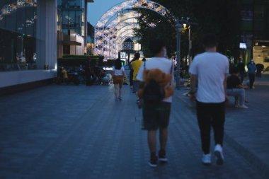 Şehirde yürüyen insanlar.