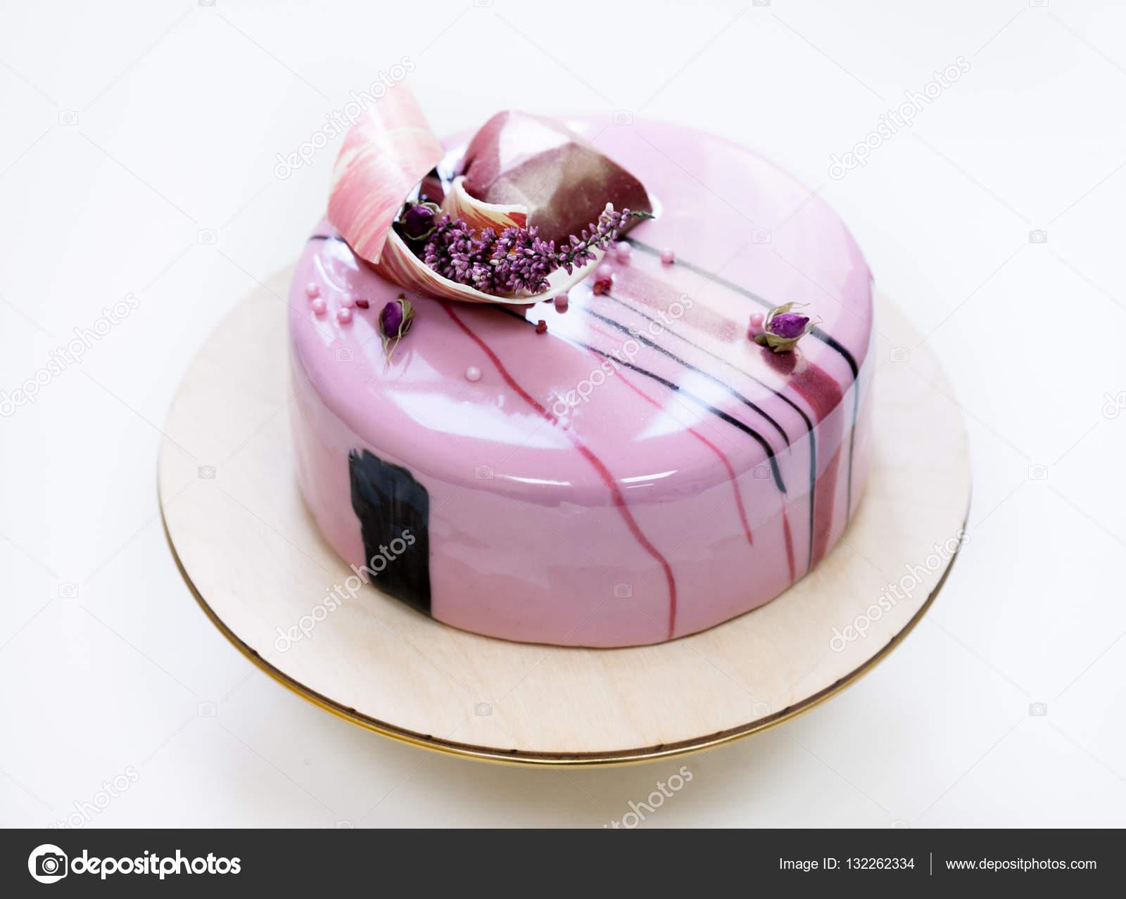 torta mousse rosa minimalista con cubierta con espejo