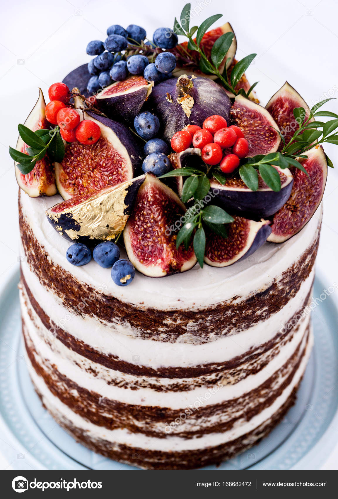 Beautiful birthday cake with figs and blueberries — Stock