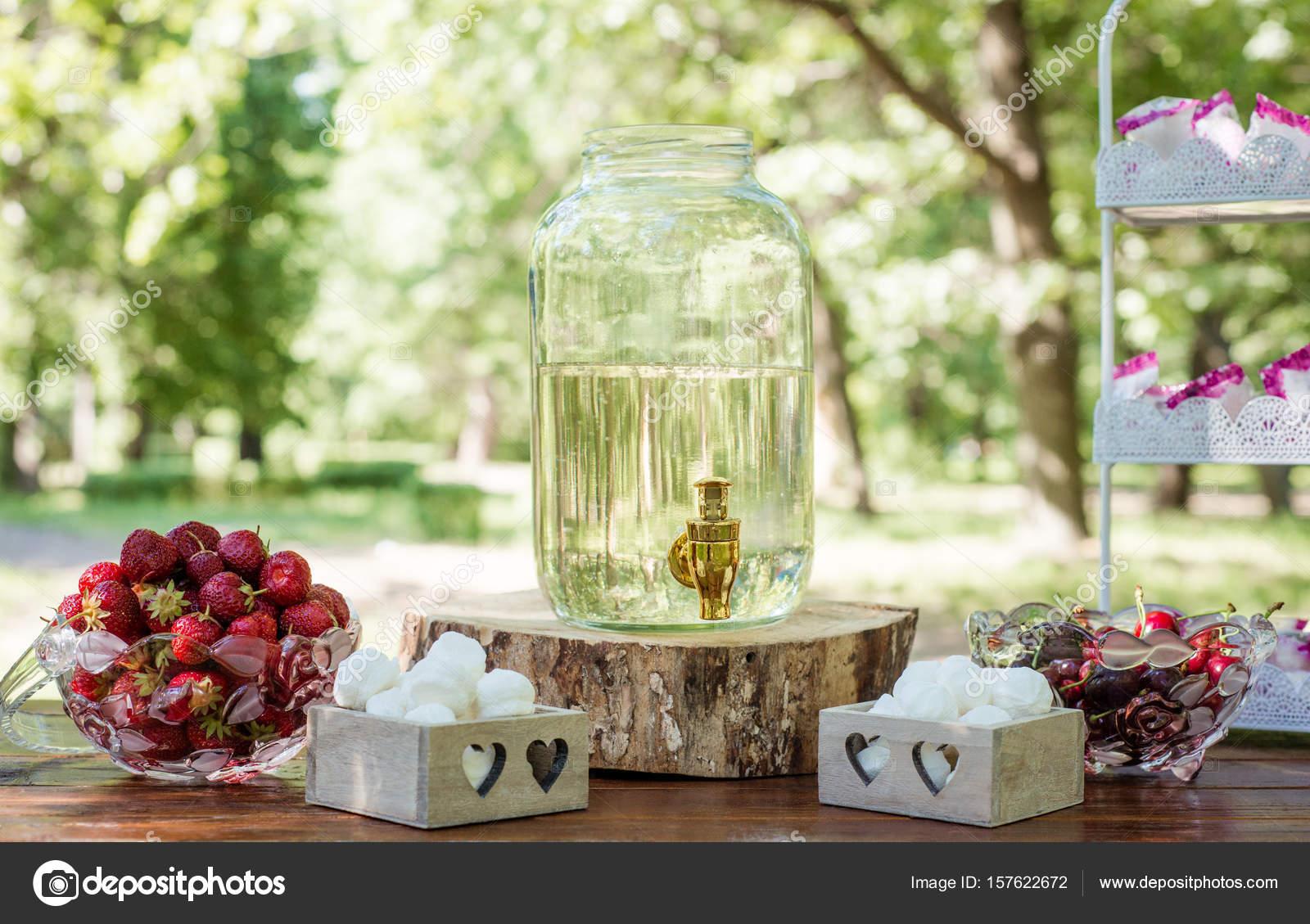 Festliche Tafel Mit Obst Marshmallows Und Birkensaft Im Freien