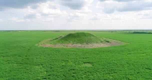 Scénický pohled na pohřební mohylu krále Šalokhy na zeleném poli. Letecký pohled.