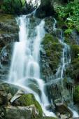 Malerischer Wasserfall in den grünen Karpaten, Langzeitbelichtung