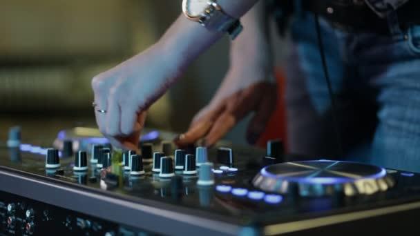 Női kezek DJ csípés pálya vezérlők, dj fedélzeten, kamera légzés