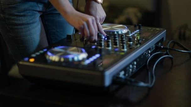 Női kezek DJ csípés pálya vezérlők, dj fedélzeten