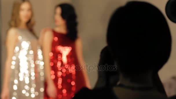 Dva modely pózuje ve studiu při práci fotografa - rozmazané záběry