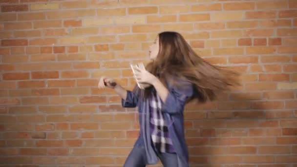 Crazy dance dívenky v cihlová zeď na pozadí