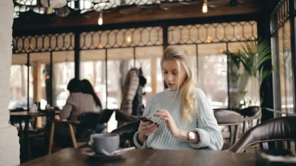 Setkání dvou kamarádek v kavárně s klamat