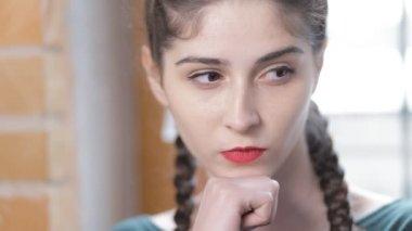 Žena myšlenky, koncentrace closeup