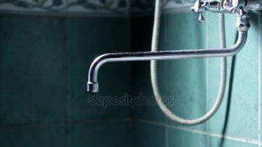 Vasca Da Bagno Perde Acqua : Acqua che cade da un rubinetto vasca da bagno u video stock