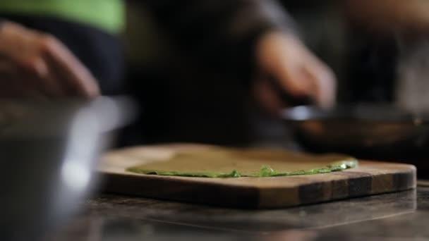 Közeli kép a séf kezében véve palacsinta, a Tanács a konyhában