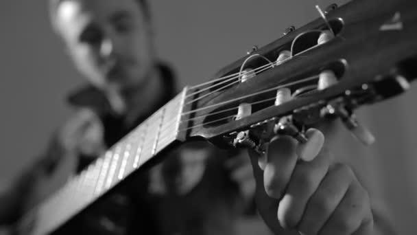Kytarista ladění akustická kytara - černobílá