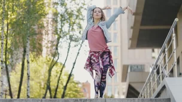 flippige Frau in der Stadt tanzt zeitgenössischen Hip-Hop