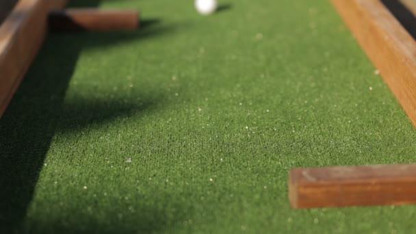 Putter míč na hřišti minigolfu