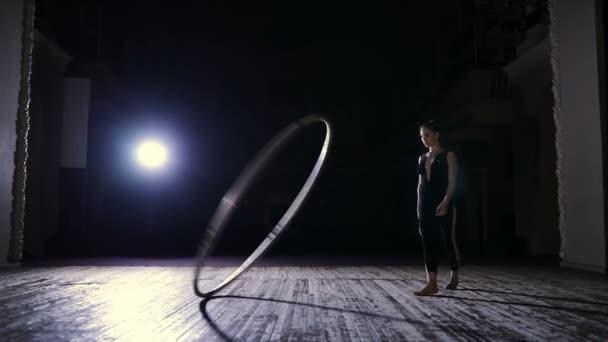 Zirkusartistin trainiert mit großem Hula-Hoop-Reifen