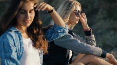 7fc9c2b09f8668 Fashion stijl van meisjes zitten en het dragen van een zonnebril