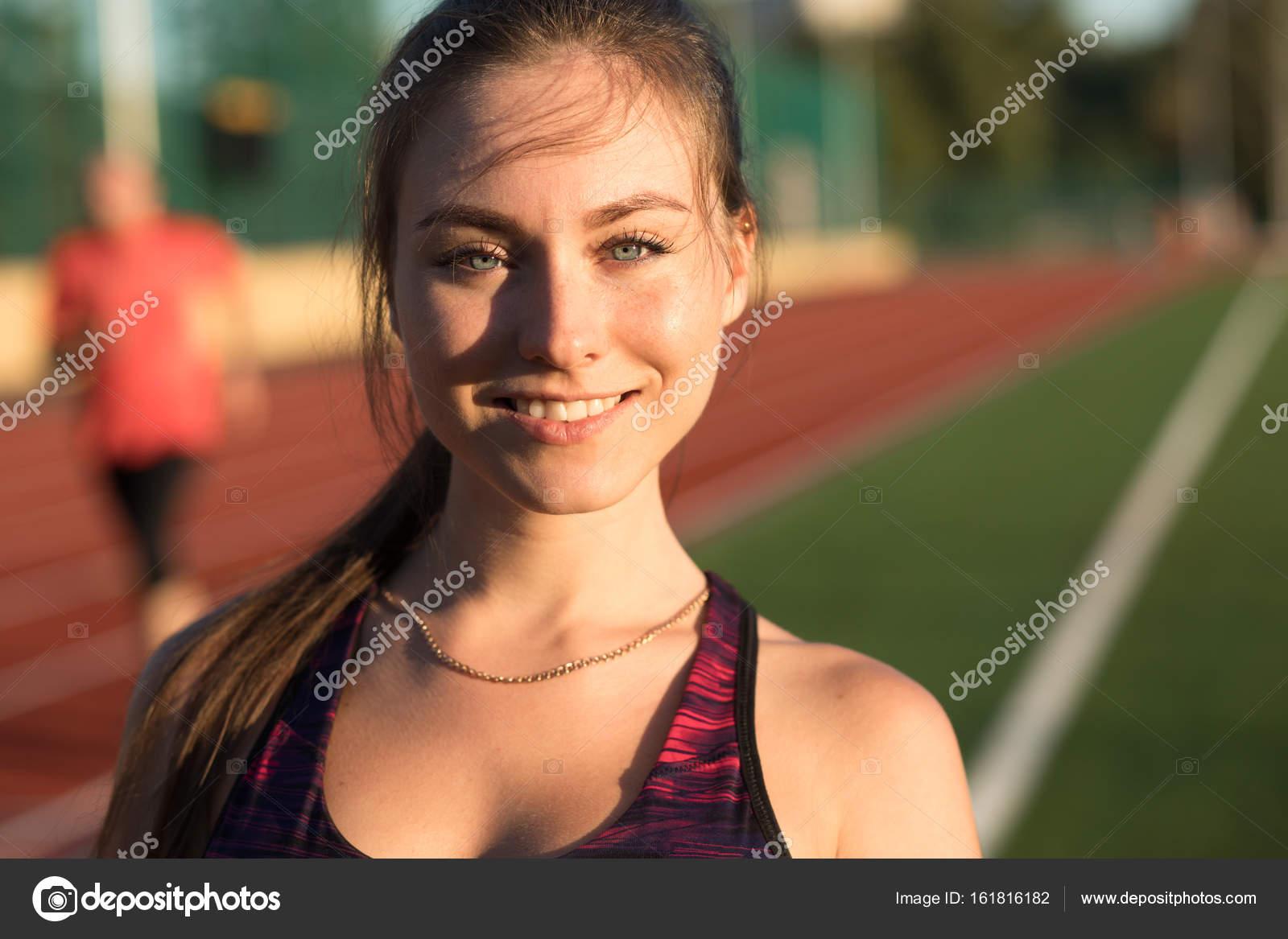 78354fda19d5 Primer plano retrato de feliz joven sonriente sprinter de atleta ...