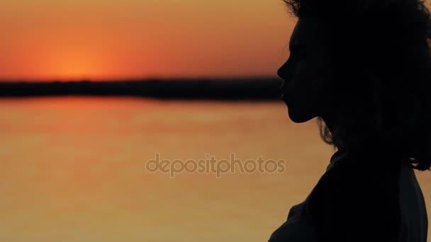 Umělecké silueta žena tvář řeky pozadí červený západ slunce v pomalém pohybu