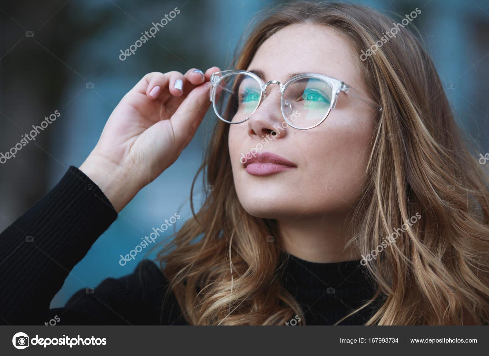 Kurzsichtigkeit, close-up Portrait der jungen Studentin in Brillen ...