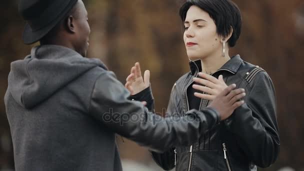 Dating ein weißer Kerl gegen einen schwarzen Kerl Einen Mann mit einer Straftat datieren