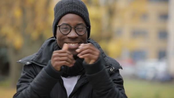 Dva palce nahoru gesto afrických muž v klobouku, studený podzim