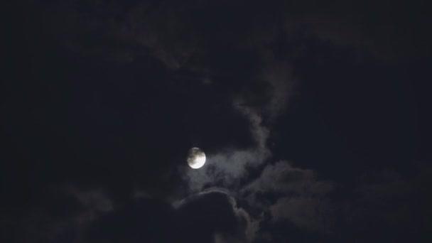 Měsíc nad mraky timelapse