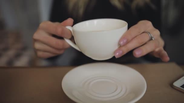 Žena pít zelený čaj v kavárně