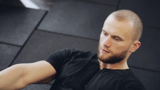 Muž vlak břišní svaly v tělocvičně